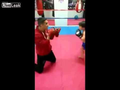 em be boxing - Em bé boxing