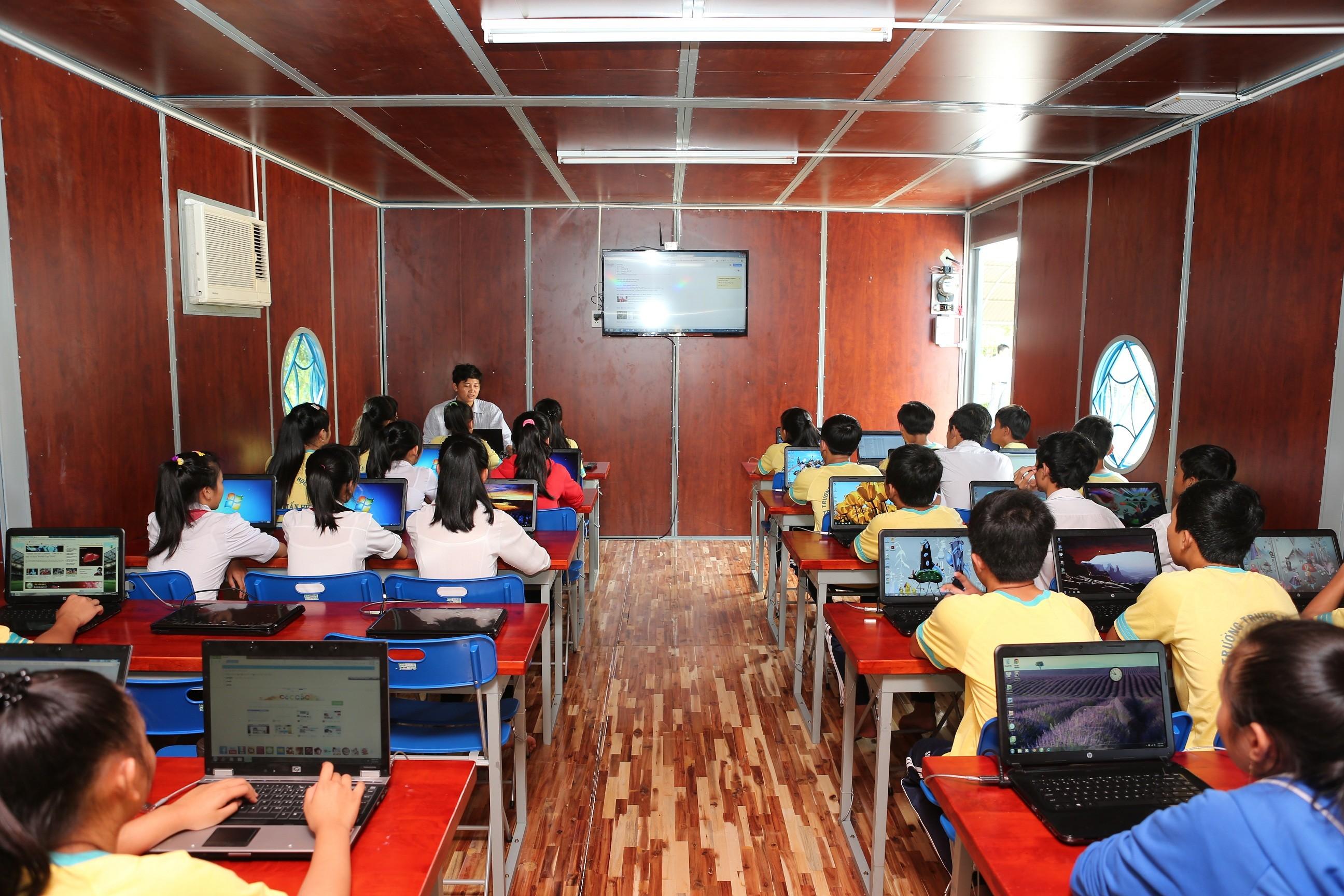 Cac em hoc sinh dang lam quen voi may tinh cua Truong hoc di dong - Intel khánh thành trường học nổi di động thứ 2 tại ĐBSCL
