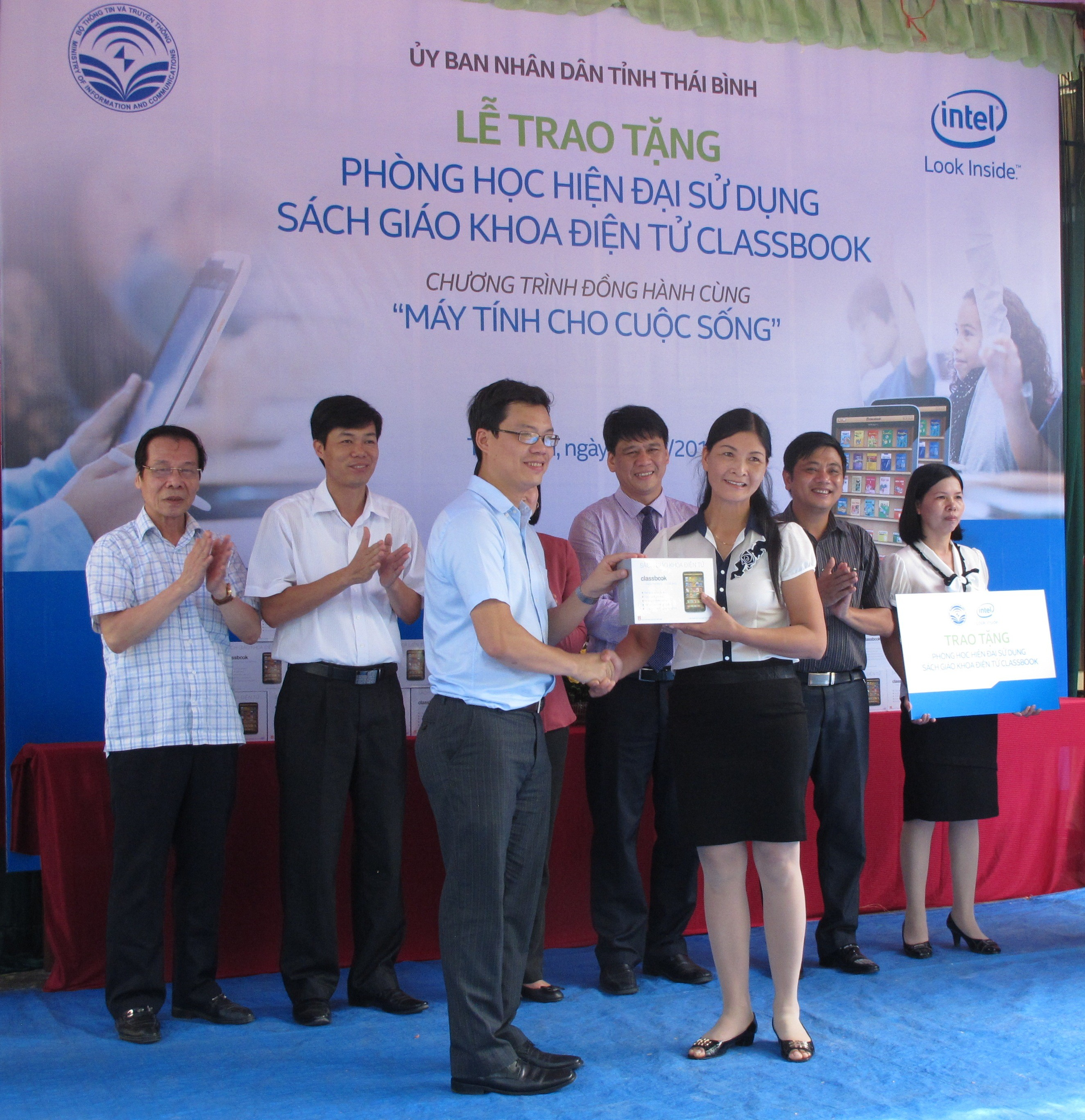 """i diện Intel Việt Nam trao tặng Classbook cho t rường THCS Quang Lịch - Trường THCS Quang Lịch được tặng """"Phòng học hiện đại sử dụng Sách giáo khóa điện tử Classbook thế hệ mới"""""""