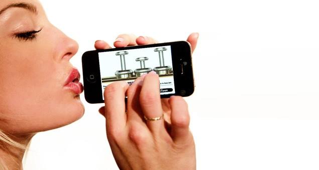 """blow iphone - """"Tuyệt chiêu"""" thổi vào iPhone để mở khóa"""