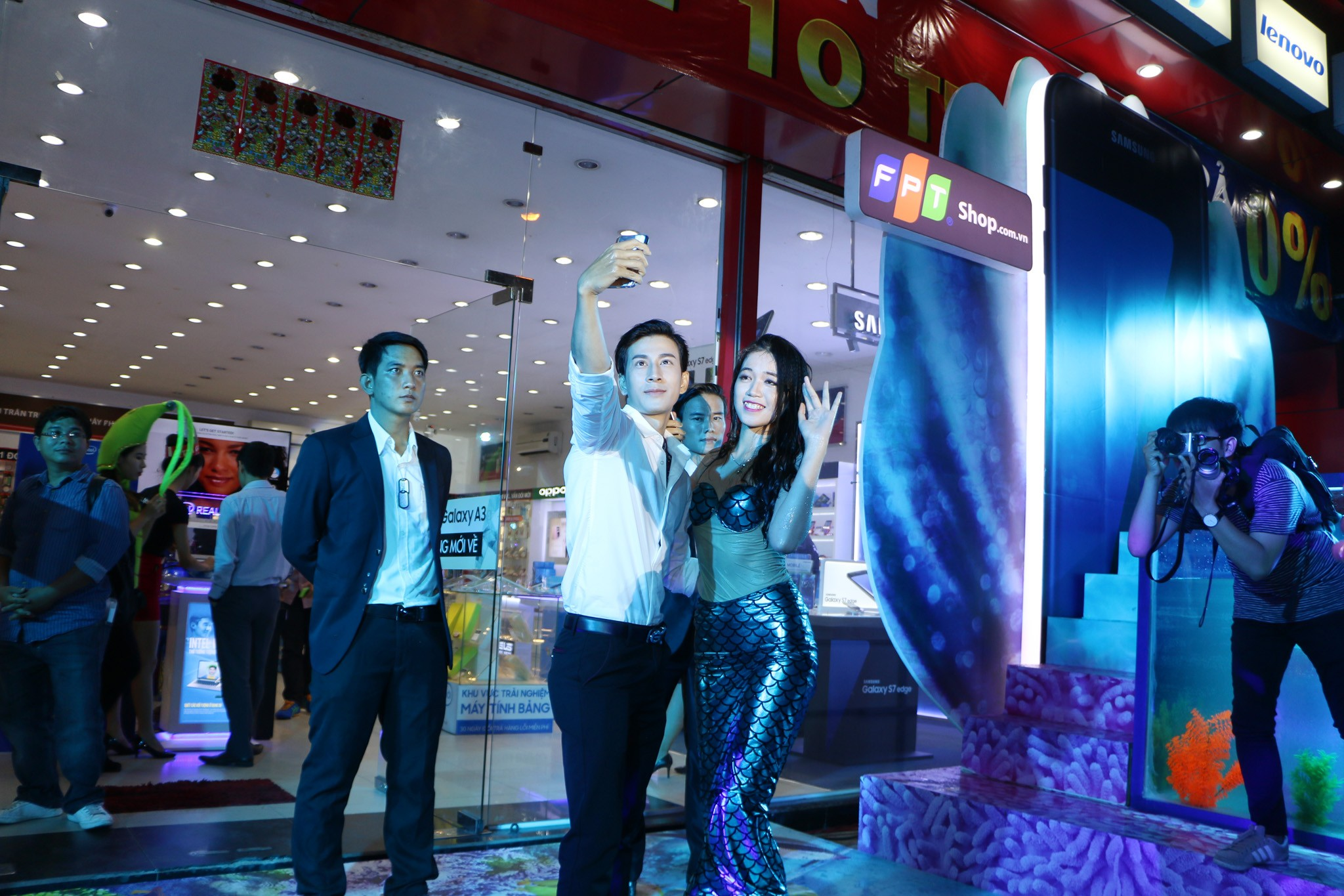 """FPT Shop Unbox S7 MyNhanNgu 5 - Tưng bừng sự kiện """"bóc tem"""" Galaxy S7 cùng Mỹ Nhân Ngư tại FPT Shop"""