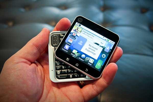 """9 chiếc điện thoại có vẻ ngoài """"xấu đau xấu đớn"""""""