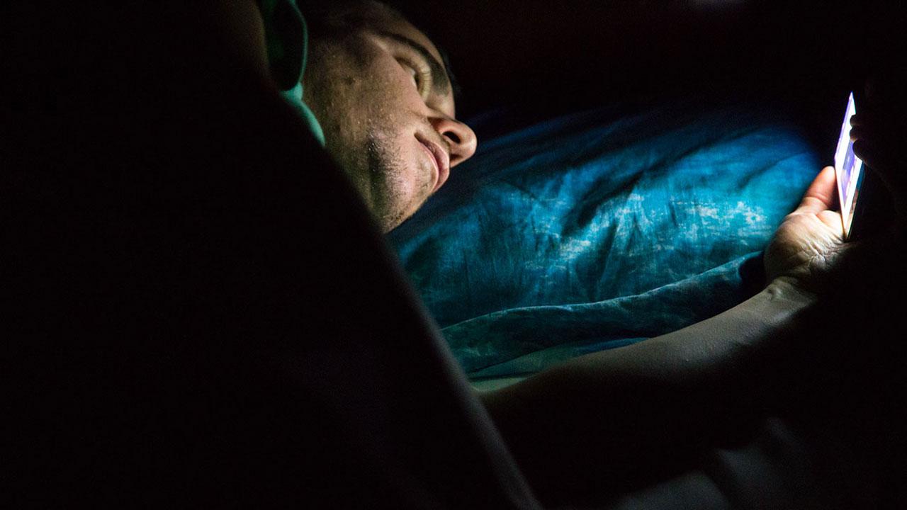 GettyImages 498439 2489185a - Cách bảo vệ mắt khi dùng điện thoại Android vào ban đêm