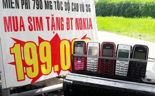 Bán sim tặng điện thoại 'cục gạch' ở TP HCM