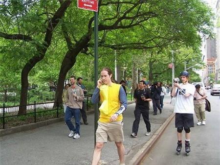 Một chàng Pac-Man đang liên lạc với trung tâm trên đường phố Manhattan (2004).