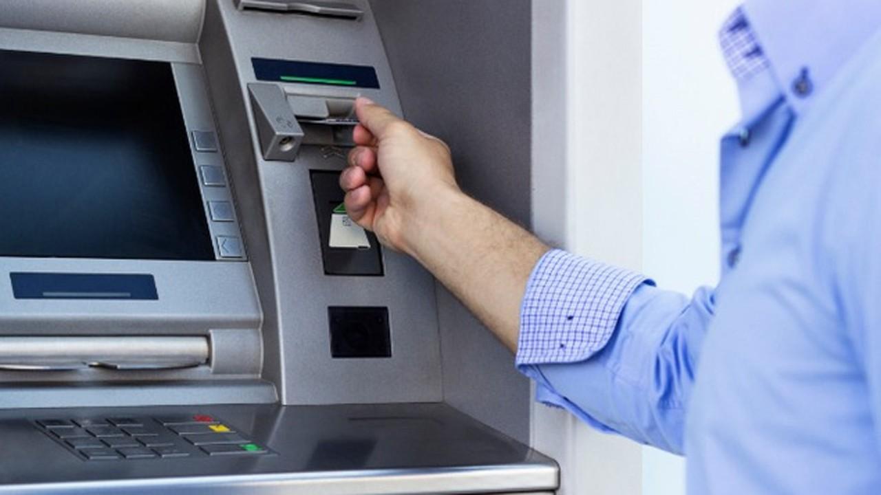 rut tien atm trainghiemso - Soi kỹ chi tiết này ở máy ATM nếu không muốn tự nhiên mất tiền oan