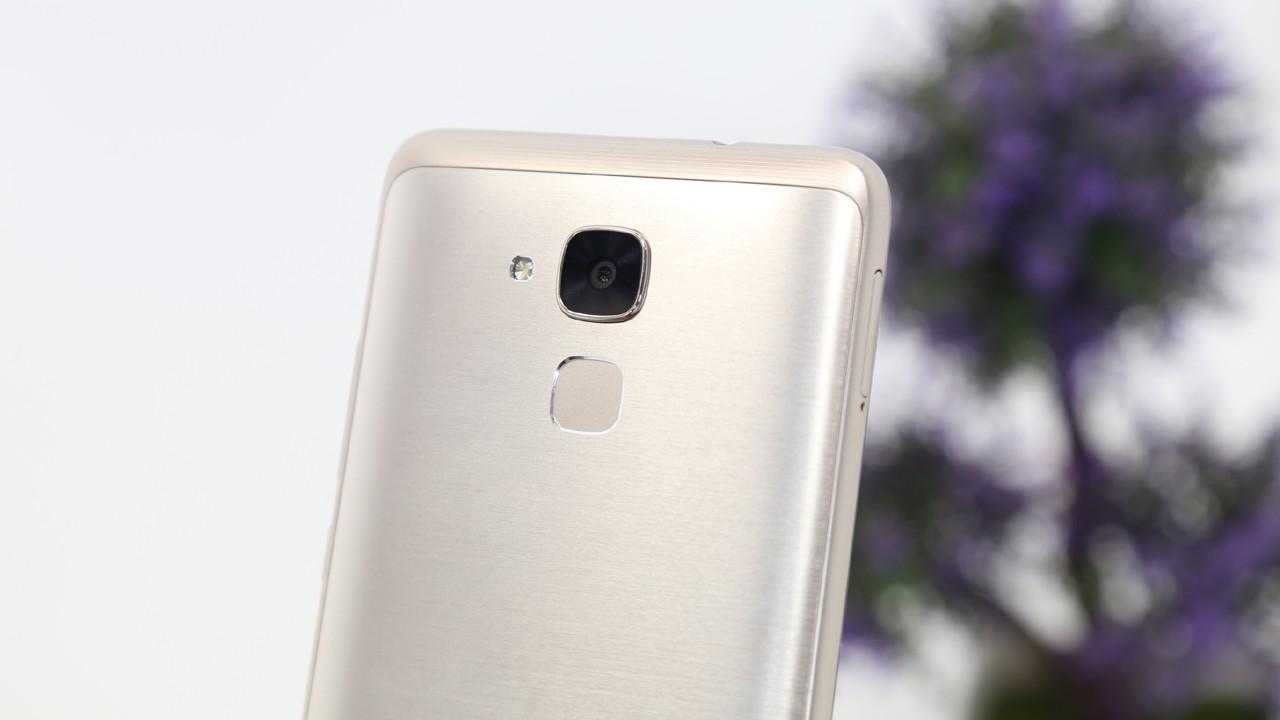 Camera sau va cum cam bien van tay 1 cham tren mat sau - Huawei ra mắt smartphone GR5 Mini dành cho giới trẻ