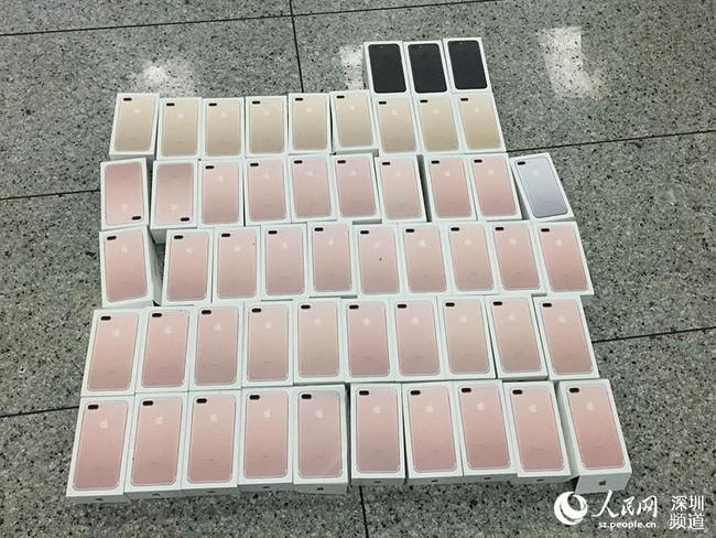 Buôn lậu iPhone bằng cách cuốn hàng chục máy quanh người như... áo giáp