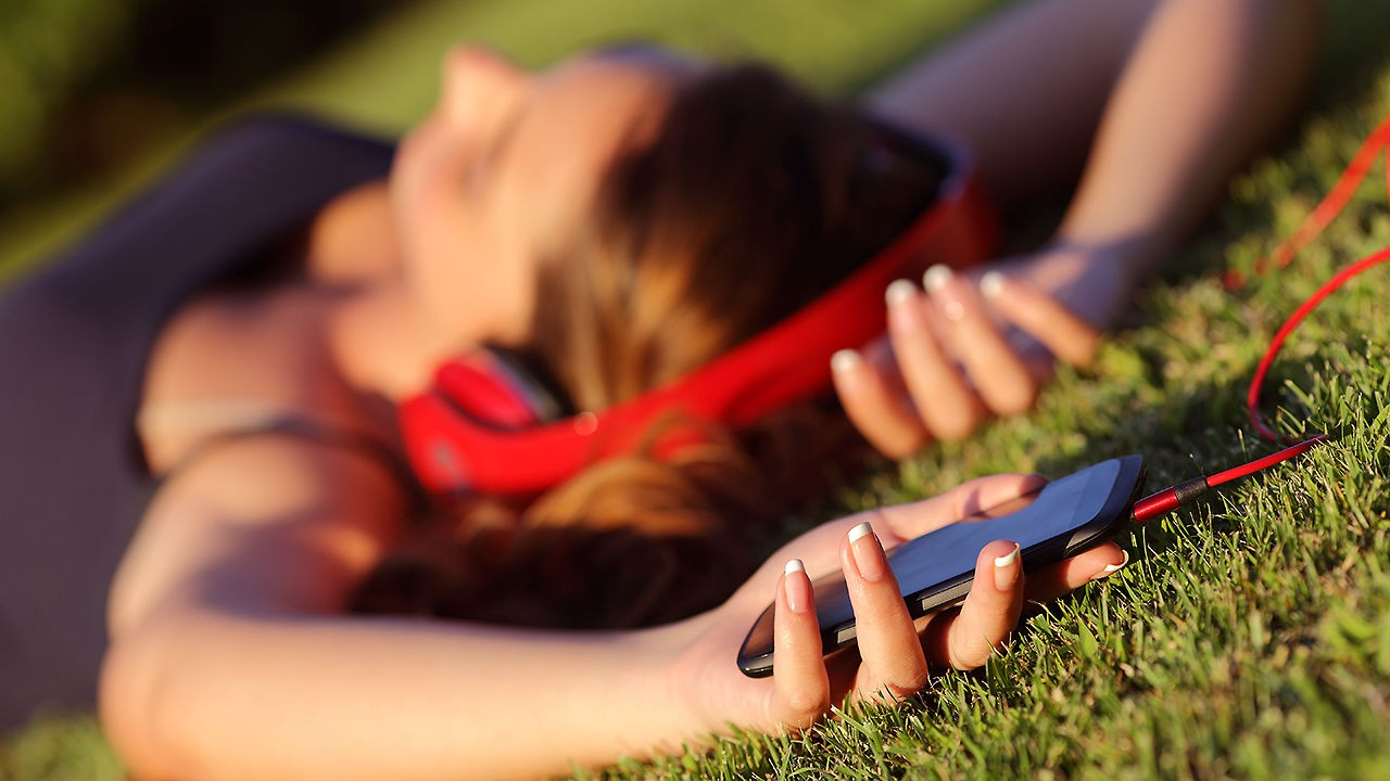sleep with phone featured - Top 7 ứng dụng theo dõi giấc ngủ trên iOS