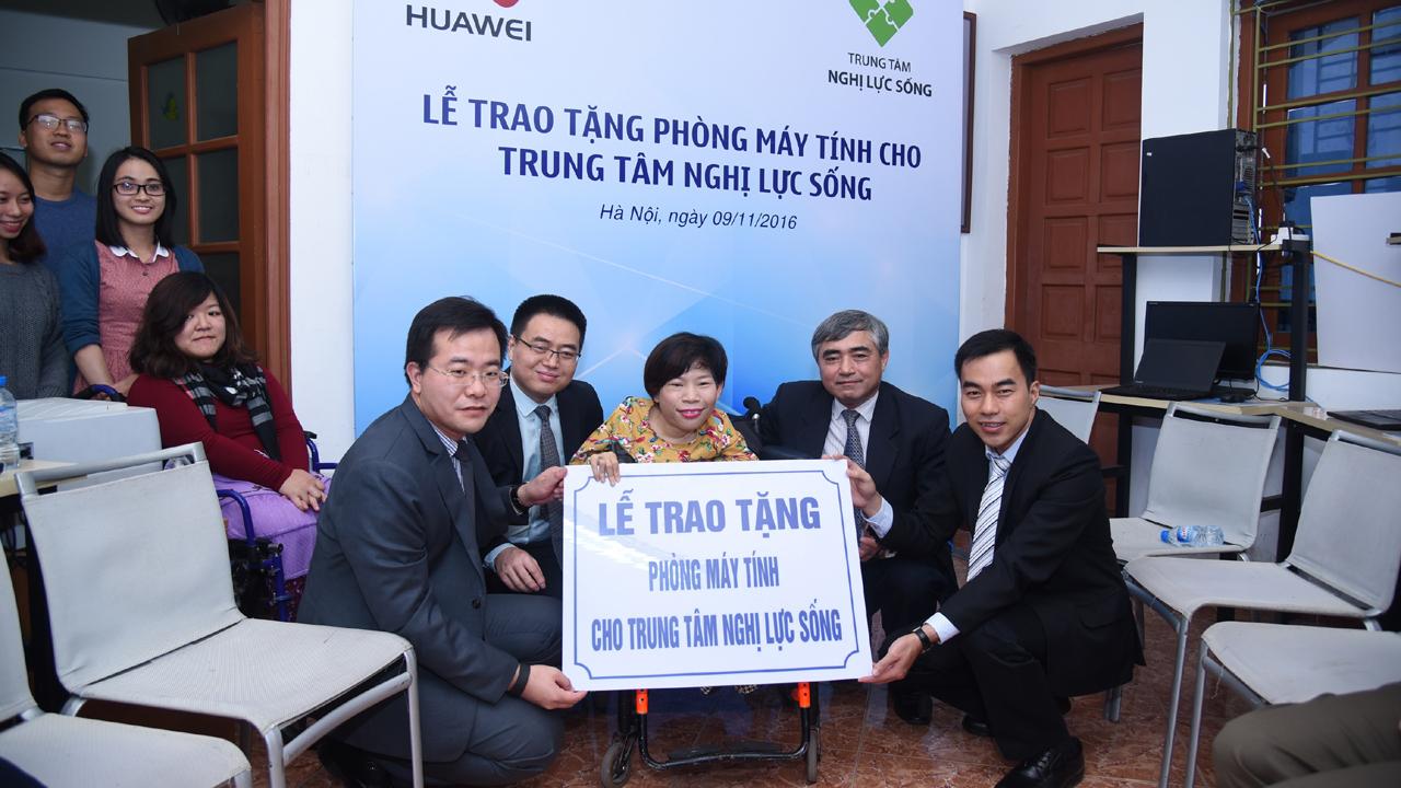 Trao tang may tinh Anh1 - Huawei Việt Nam trao tặng phòng máy tính cho Trung tâm Nghị Lực Sống