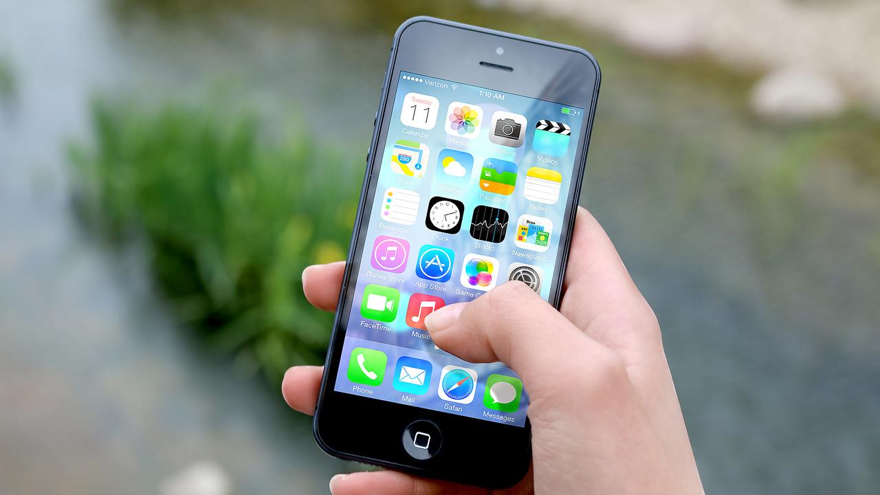 hand apple iphone smartphone - Tổng hợp 8 ứng dụng hay và miễn phí trên iOS ngày 18.11.2016