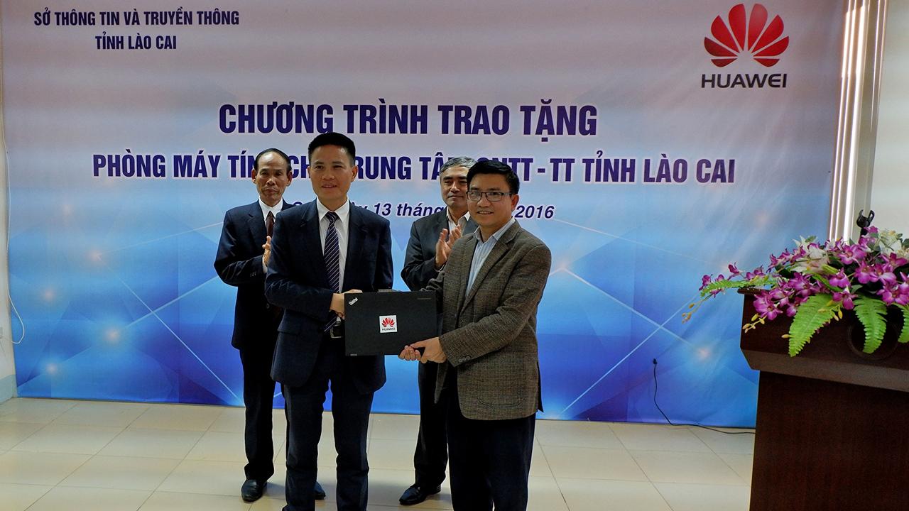 Huawei tang may tinh 25 laptop tai LaoCai3 - Huawei Việt Nam trao tặng phòng máy tính cho Lào Cai, Yên Bái