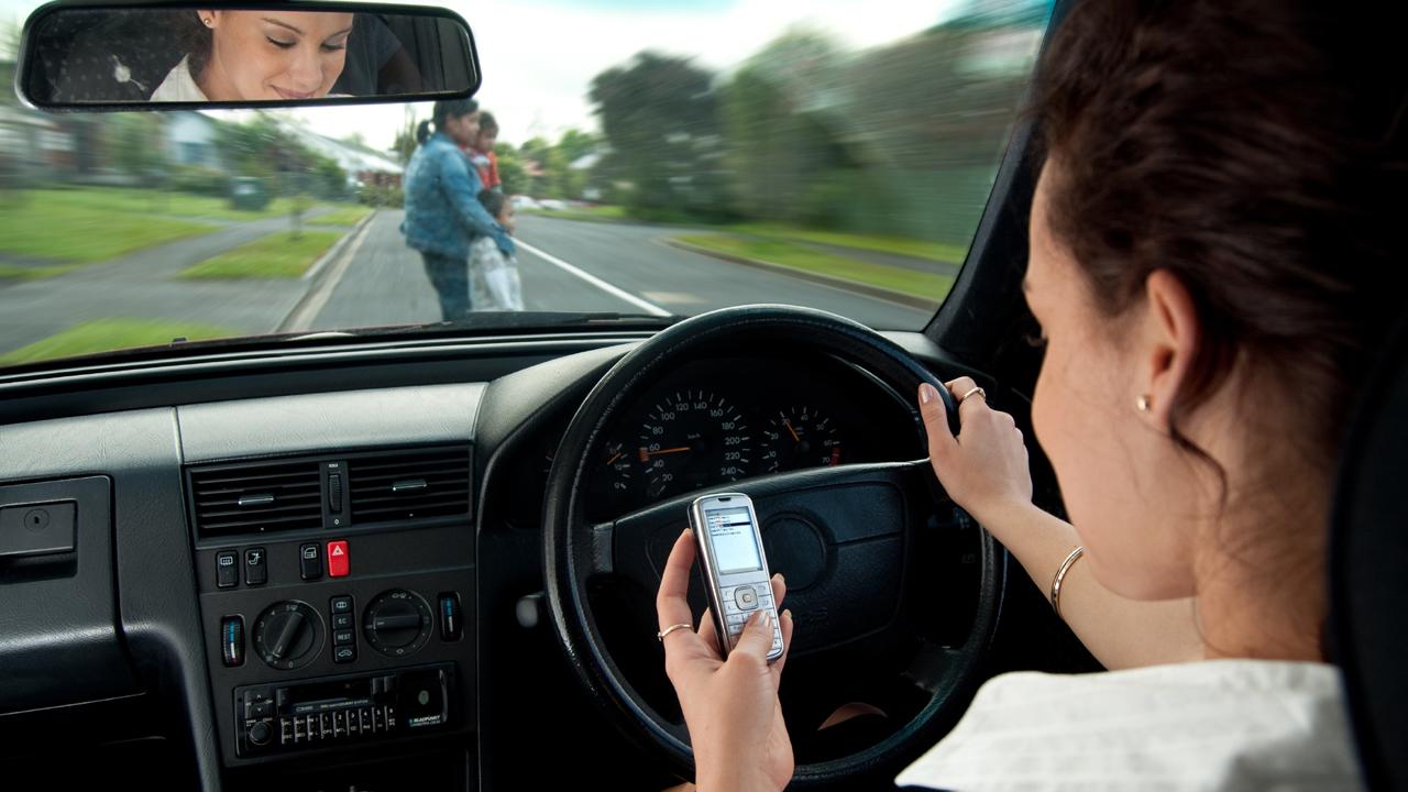 shutterstock 40201624 - Vừa lái xe vừa nghe điện thoại sẽ bị phạt 800.000 đồng
