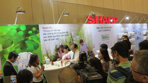 5. Trải nghiệm sản phẩm 2 600x338 - Sharp tung loạt sản phẩm mới 2017 trang bị công nghệ J-Tech Inverter