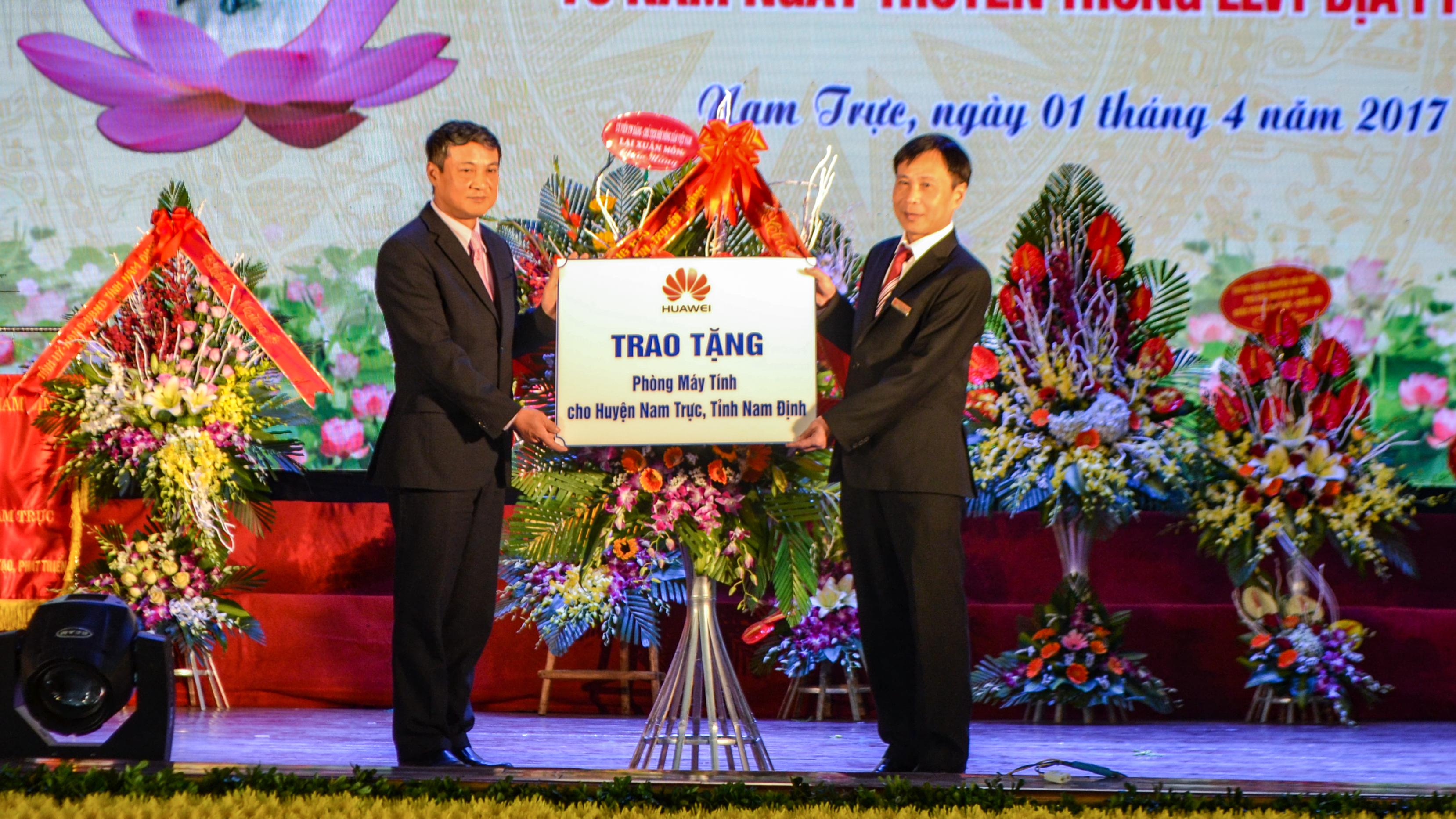 Huawei trao tang may tinh - Huawei Việt Nam tặng phòng máy tính cho tỉnh Nam Định