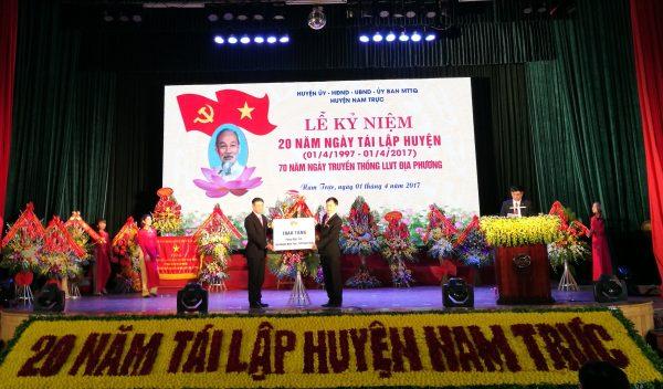 Thứ trưởng Bộ TTTT Phạm Hồng Hải trao món quà là phòng máy tính của cty Huawei VN tặng cho Chủ tịch UBND huyện Nam Trực tỉnh Nam Định Anh1 600x352 - Huawei Việt Nam tặng phòng máy tính cho tỉnh Nam Định