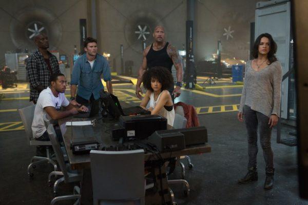 fate of the furious screen 1 600x400 - Đánh giá phim Fast and Furious 8 - siêu nhân ngồi sau vô lăng
