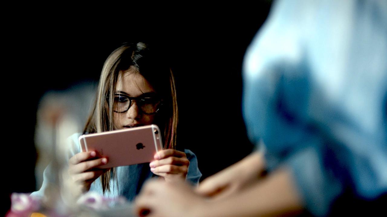 iphone with girl 2featured - Tổng hợp 29 ứng dụng hay và miễn phí trên iOS ngày 18.4.2017 (phần 2)