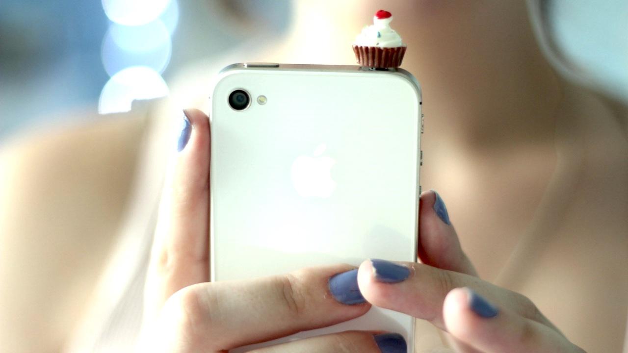 iphone with girl featured - Tổng hợp 29 ứng dụng hay và miễn phí trên iOS ngày 18.4.2017