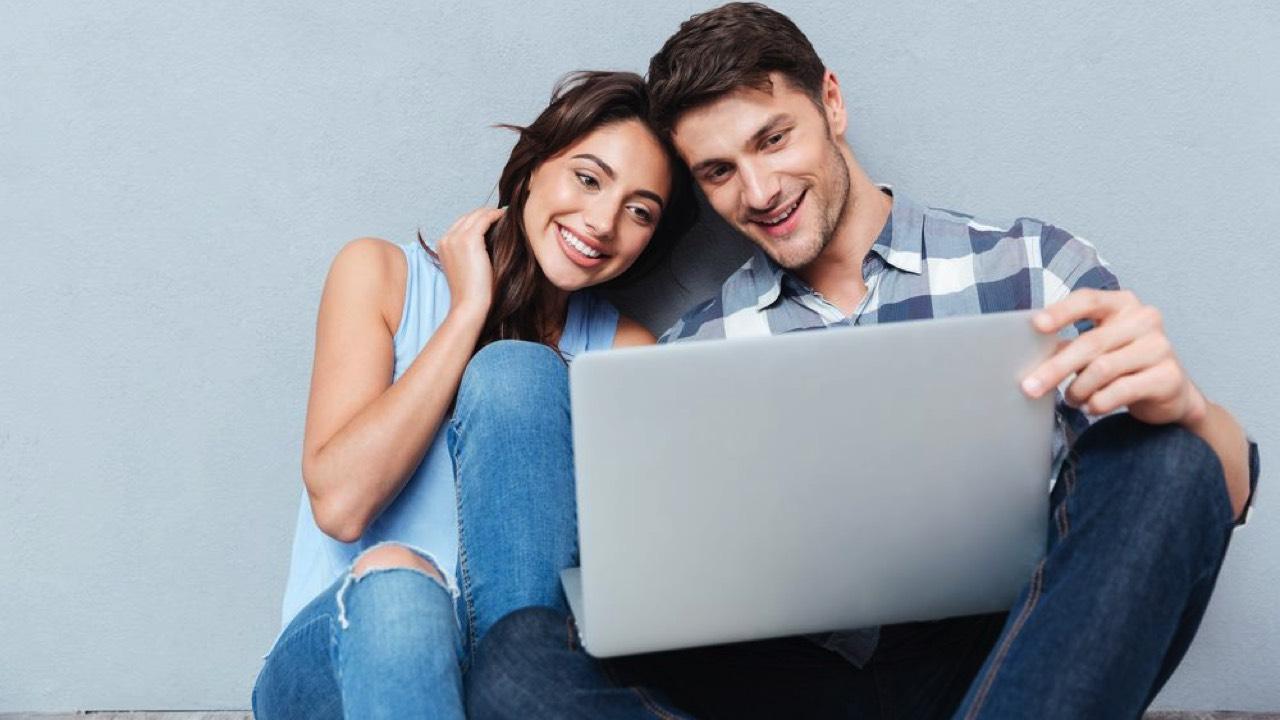 using laptop 2 featured - Cách tải các bản Windows và Office an toàn nhất