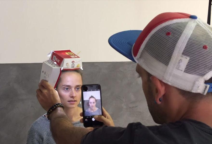 chup anh bang iphone 4 - Mẹo chụp ảnh chân dung tuyệt đẹp với iPhone và một hộp bánh hamburger