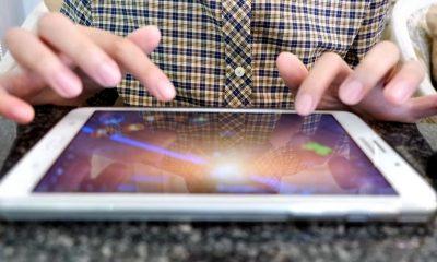 iphone playing game 2 featured 400x240 - Tổng hợp 80 thủ thuật iOS 11 mới nhất (phần 1)