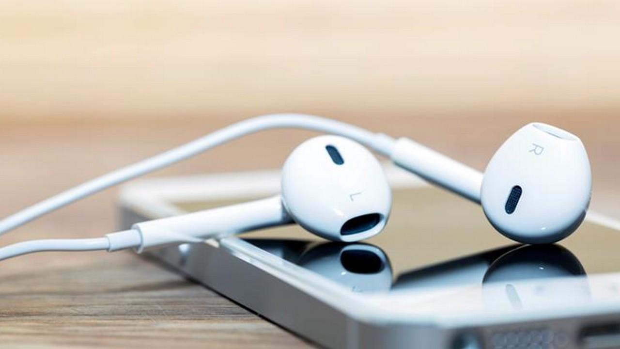 iphone with headphone 6 - Tổng hợp 12 ứng dụng iOS giảm giá miễn phí ngày 26.9 trị giá 26USD