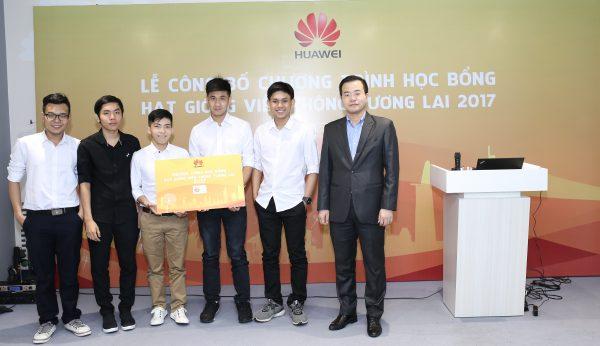 5 sinh viên ưu tú nhận học bổng Hạt giống Viễn thông tương lai 2017 tại TPHCM 600x346 - 10 sinh viên ưu tú được nhận Học bổng Hạt giống Viễn thông Tương lai 2017 của Huawei