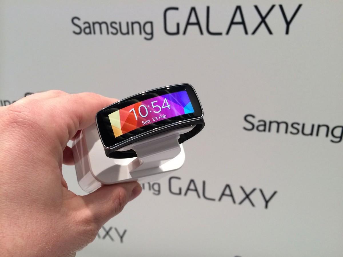 gear fit - Bộ đôi smartwatch Gear của Samsung có giá 4 triệu đồng