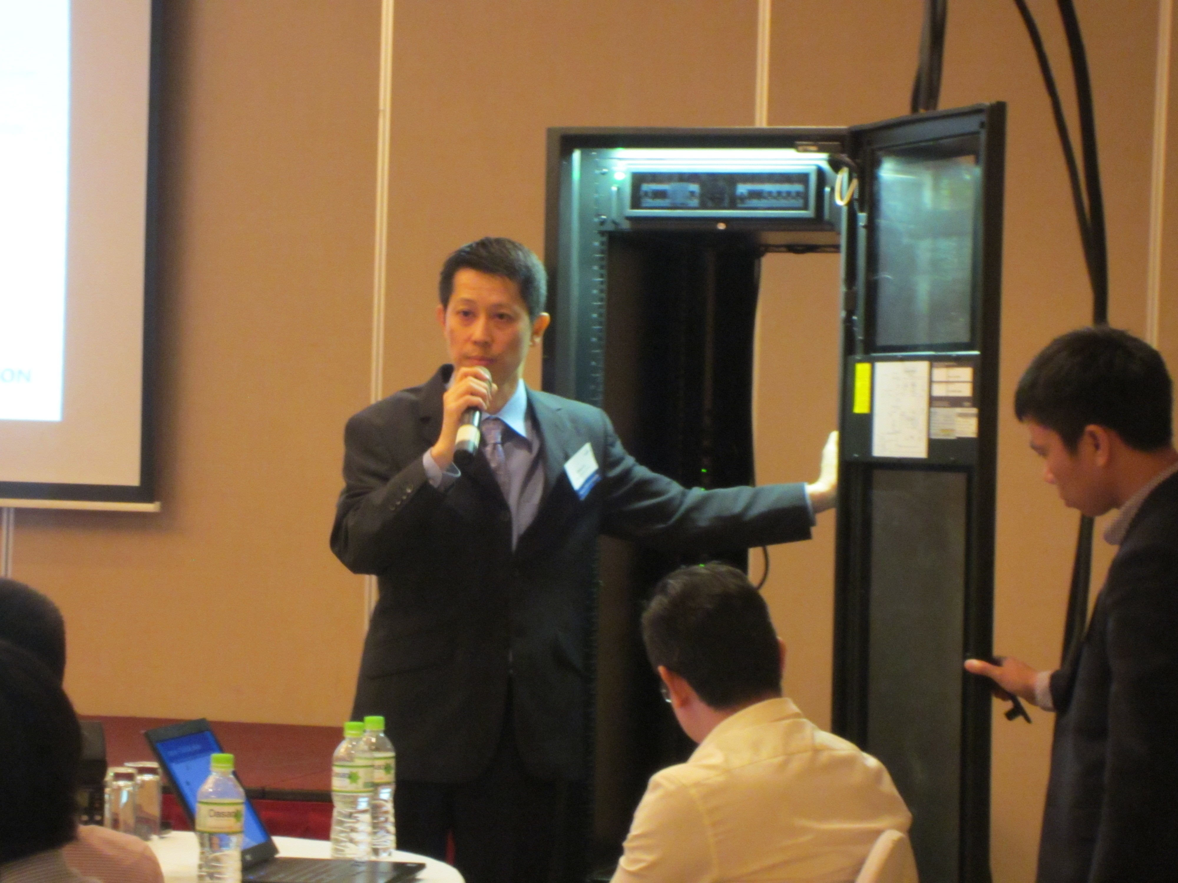 Gioi Thieu San Pham SmartCarbinet - Emerson Network Power ra mắt SmartCabinet tại Việt Nam