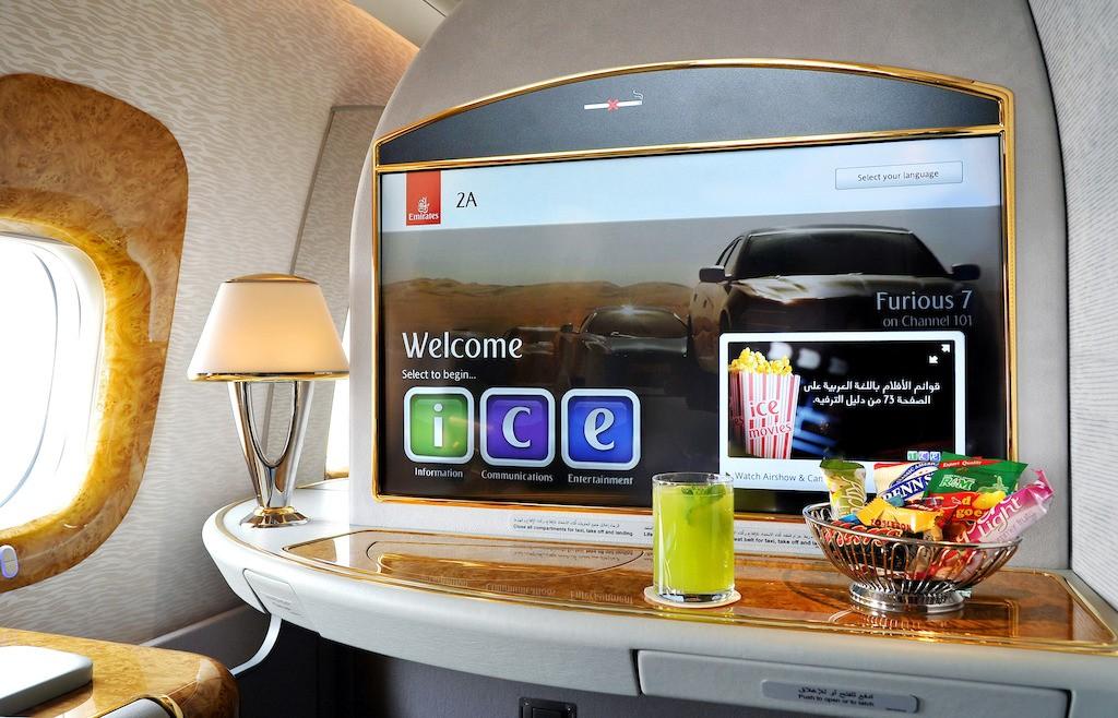2. Màn hinh 32 inch ở khoang Hạng Nhất trên máy bay mới B777 300ER - Emirates giới thiệu hệ thống giải trí thế hệ mới trên máy bay