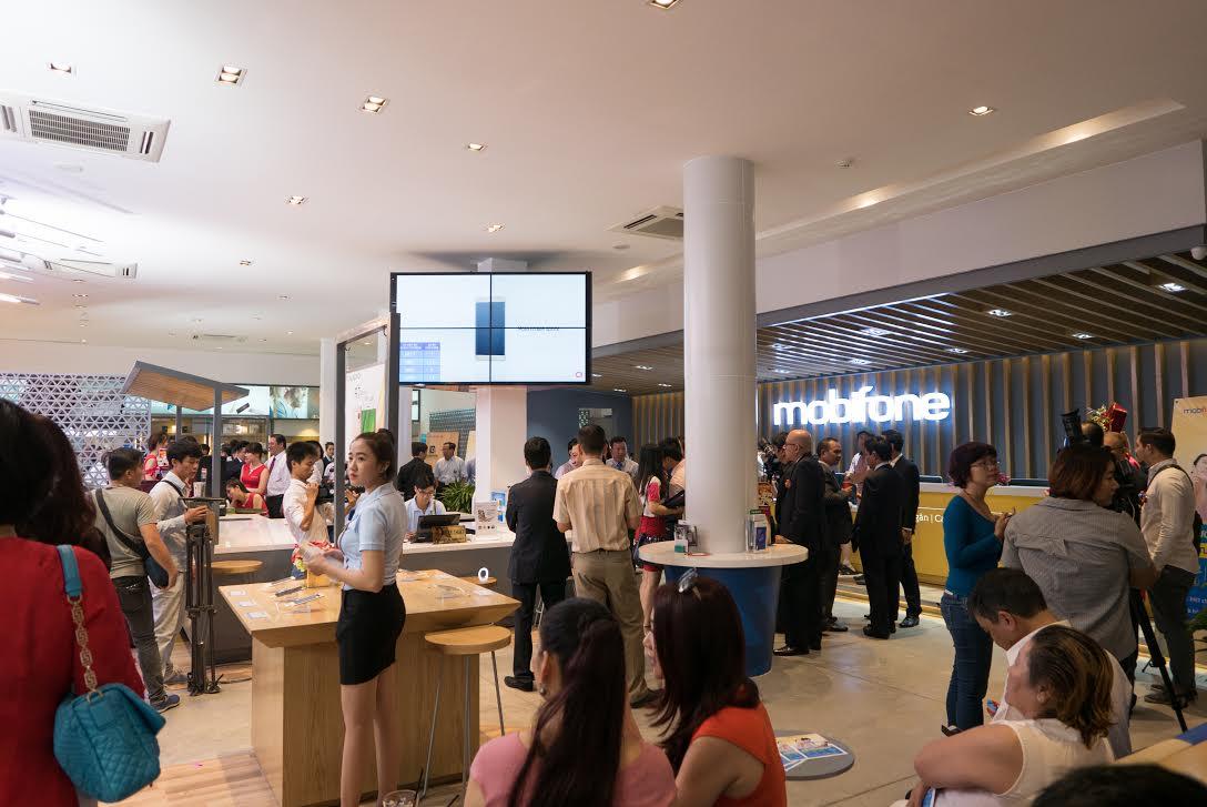 cua hang ban le mobifone 1 - Thị trường bán lẻ quá chật, còn đất cho Mobifone?