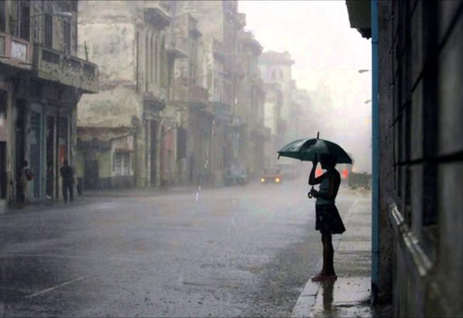 """xử lý điện thoại mưa ướt trainghiemso - Làm theo bí kíp này, chẳng lo điện thoại """"tèo"""" suốt mùa mưa"""