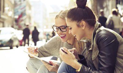 Girl using iPad 400x240 - Top 17 ứng dụng chat miễn phí trên iOS