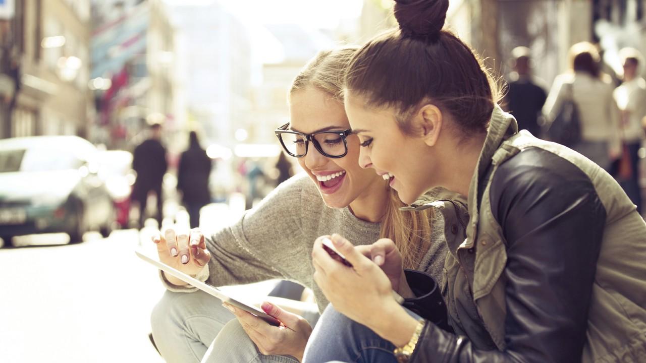 Girl using iPad - Top 17 ứng dụng chat miễn phí trên iOS