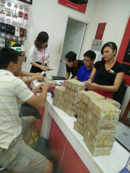 FPT Shop 1 450x600 - Khách mua iPhone 7 Plus gây sốc khi trả 50 triệu đồng bằng tiền lẻ