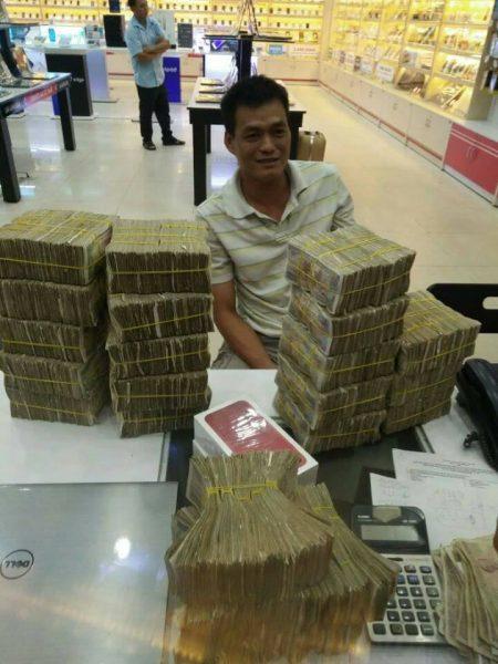 FPT Shop 450x600 - Khách mua iPhone 7 Plus gây sốc khi trả 50 triệu đồng bằng tiền lẻ