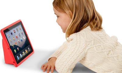Kid with ipad 400x240 - Tổng hợp 5 ứng dụng hay, miễn phí dành cho bé