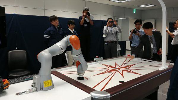IMG 20170908 robotic arm demo 600x338 - SoftBank và Huawei trình diễn các ứng dụng 5G