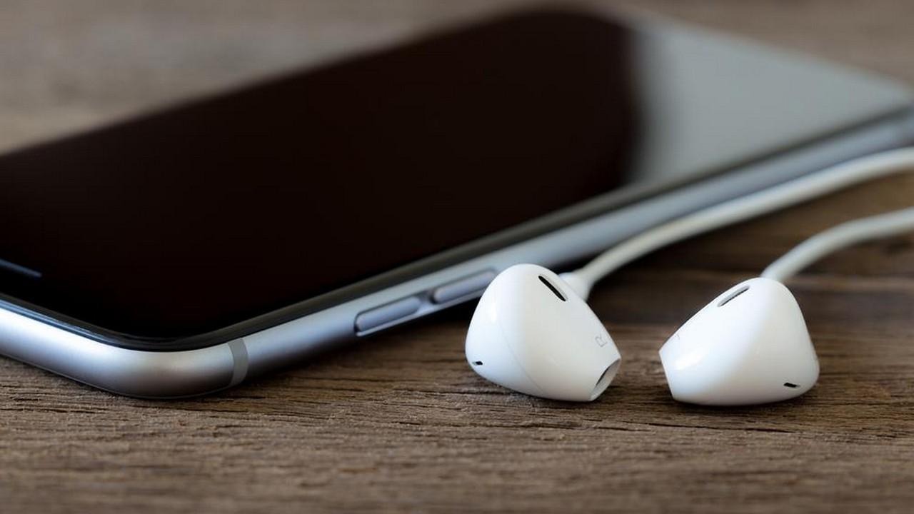 iphone headphone 1 featured - Tổng hợp 11 ứng dụng iOS giảm giá miễn phí ngày 12/2 trị giá 32USD