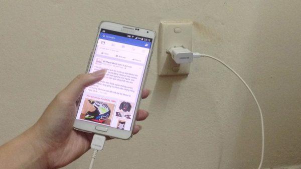 vua sac vua dung la nguyen nhan chinh gay chay thiet bi 600x338 - Smartphone cháy nổ vì nguyên nhân gì?