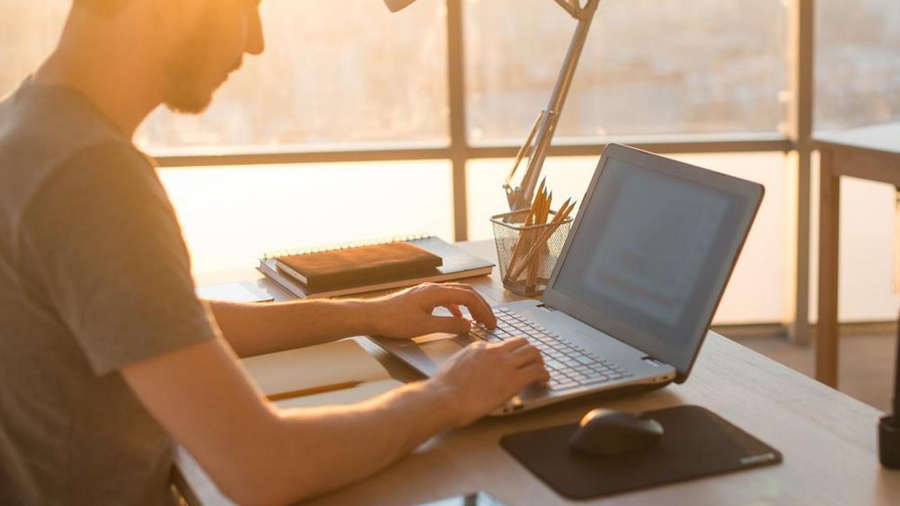 working with laptop 1 - Ứng dụng quay màn hình máy tính đang miễn phí, giá gốc 20USD