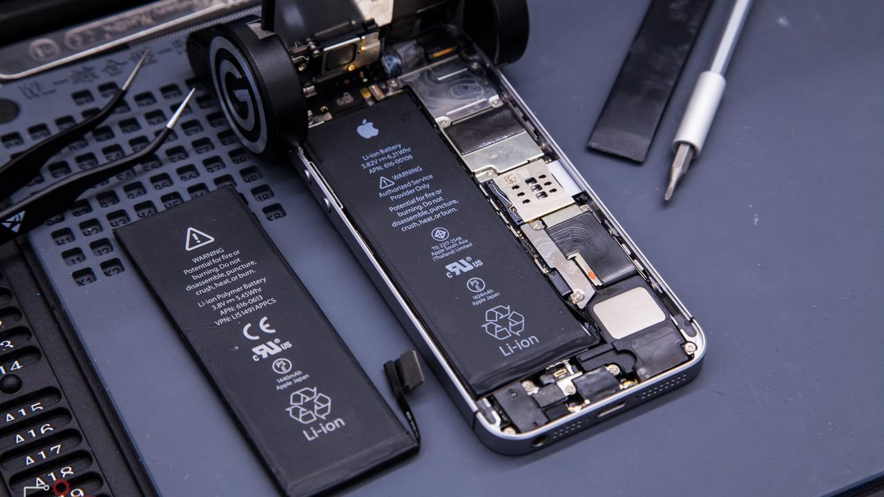 thay pin iphone featured - Người dùng iPhone đời cũ thay pin chính hãng ở đâu tại Việt Nam?