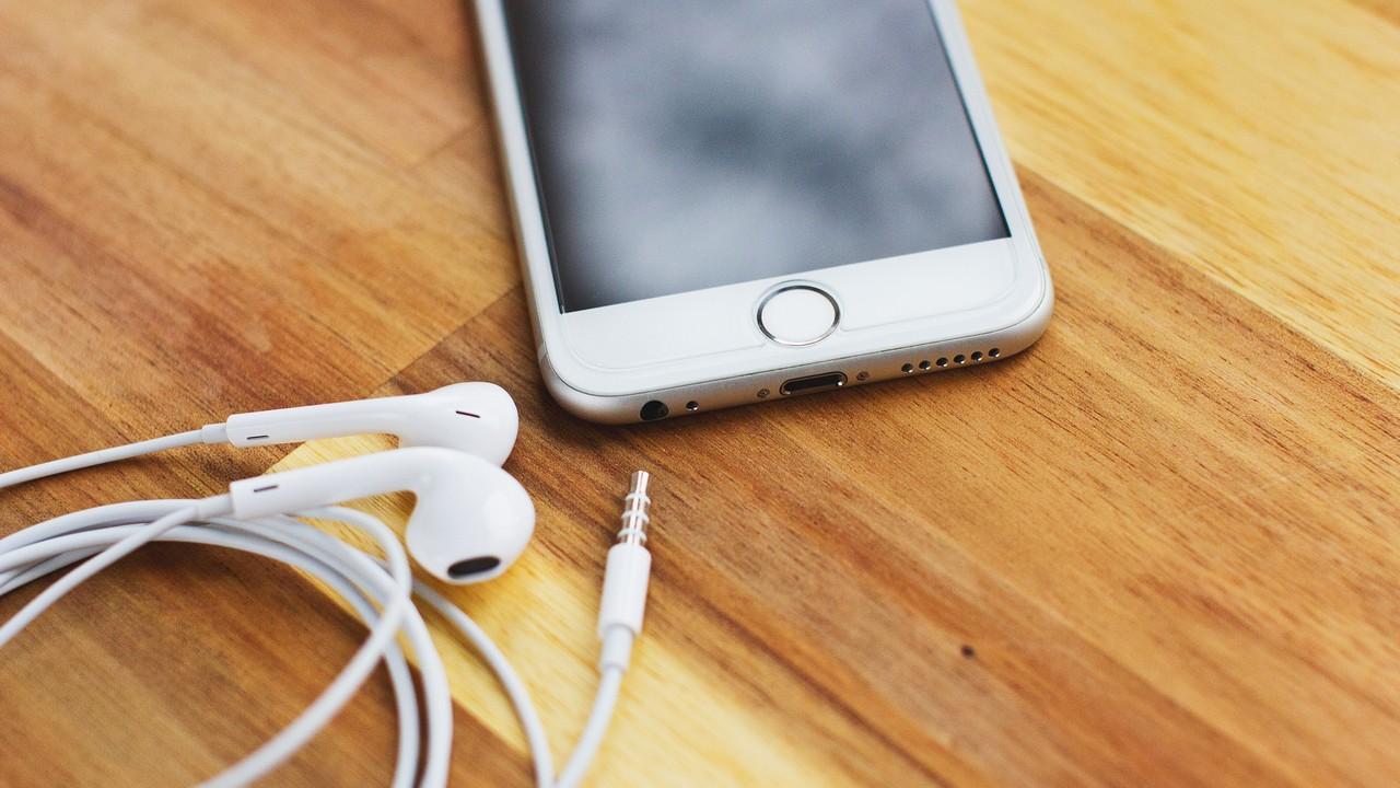 iphone earphone featured - Tổng hợp 9 ứng dụng iOS đang miễn phí ngày 21/4 trị giá 350.000đ