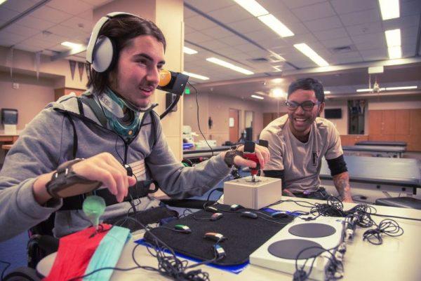 """xbox adaptive controller 6 600x401 - Microsoft giới thiệu Xbox Adaptive Controller, """"tay cầm"""" giúp người khuyết tật chơi game dễ dàng"""