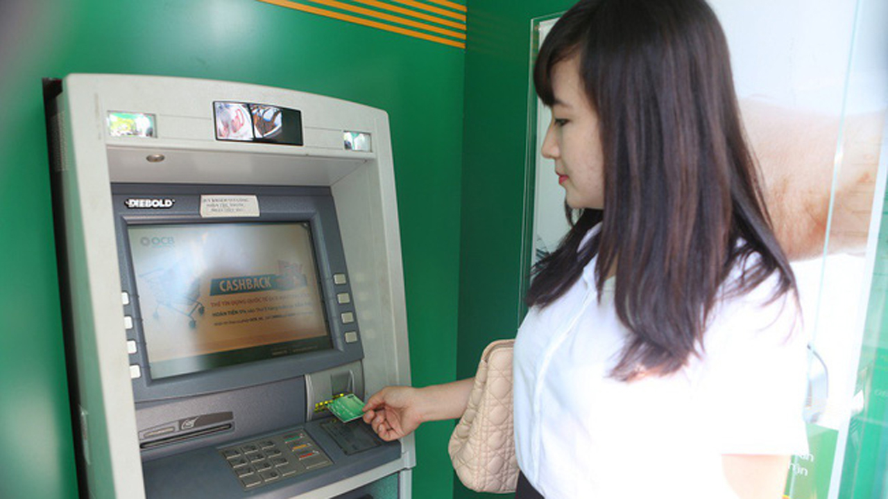 """rut tien - Ngân hàng Nhà nước """"tuýt còi"""" tăng phí rút tiền ATM của các ngân hàng"""