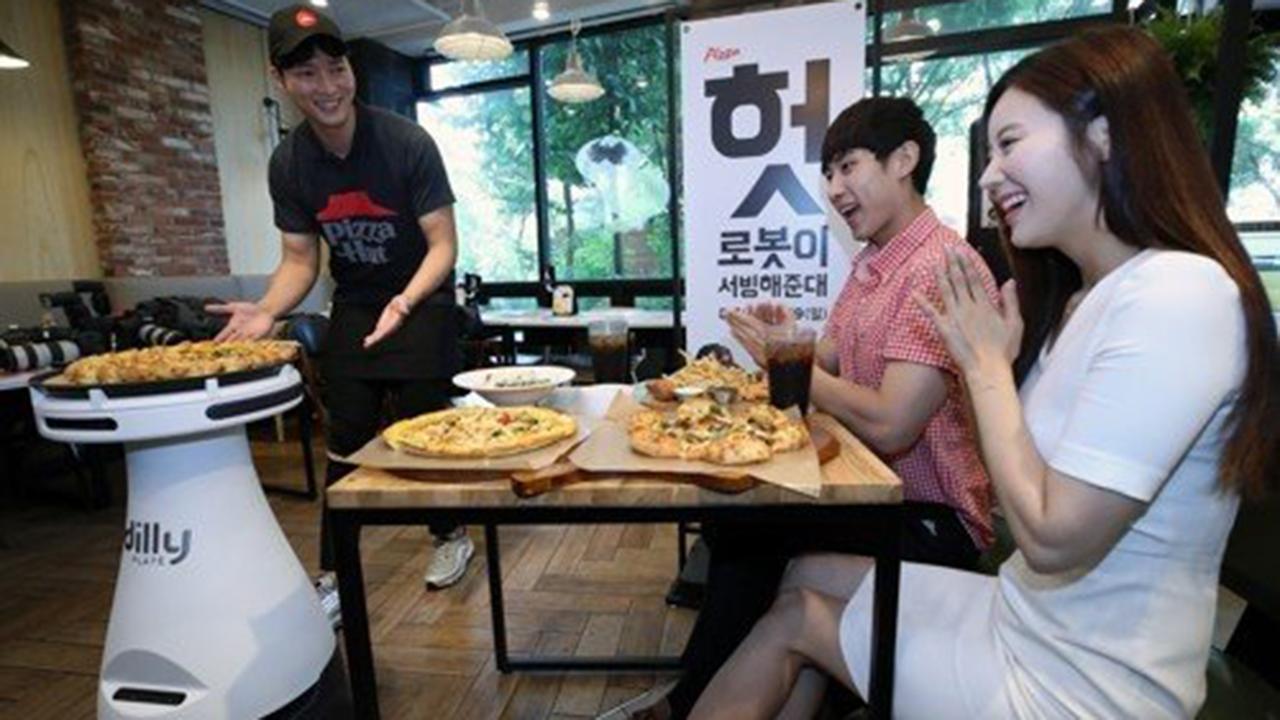 pizza - Robot Dilly Plate phục vụ pizza cho khách