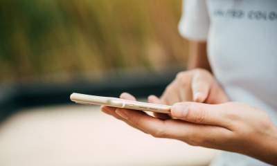 iphone hand 2 featured 400x240 - Xem một vài thông số iOS nhanh bằng Siri Shortcuts