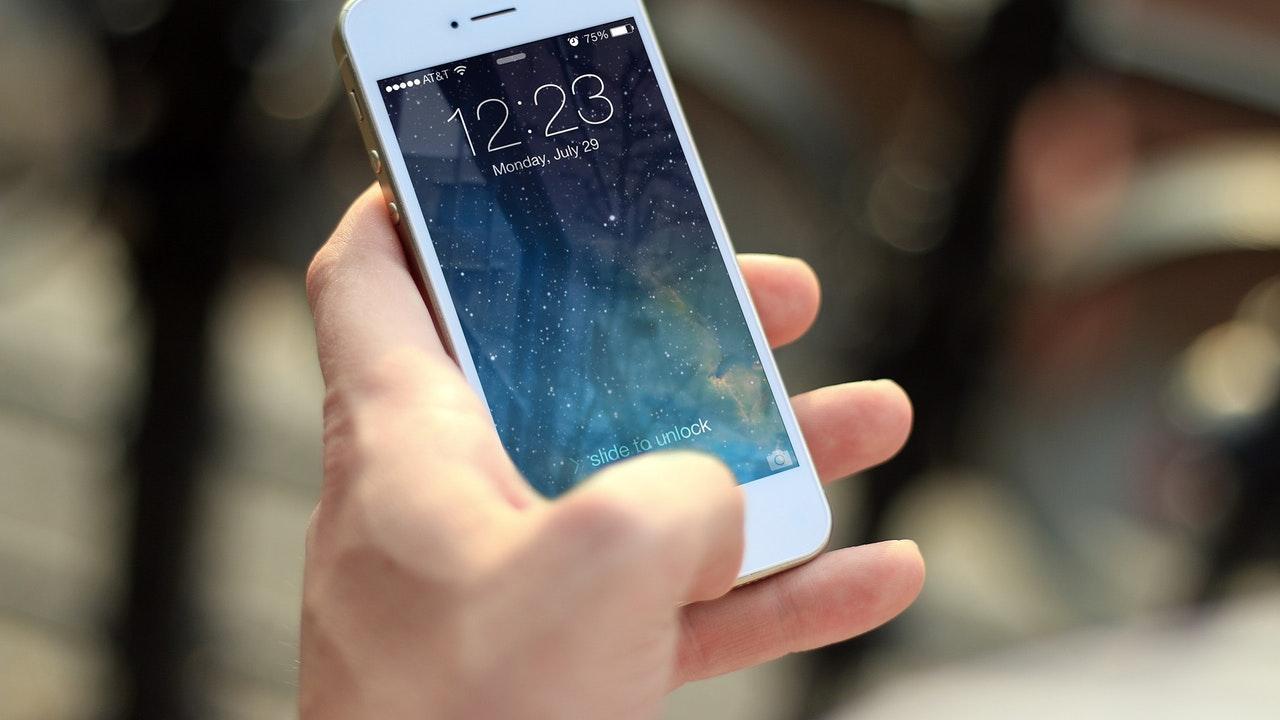 iphone hand featured - 13 ứng dụng và game iOS mới, miễn phí ngày 11/11/2018