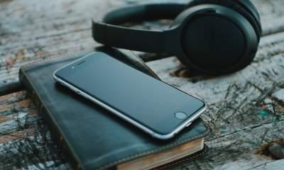 iphone with headphone featured 400x240 - 13 ứng dụng và game iOS mới, giảm giá miễn phí ngày 17/3/2019